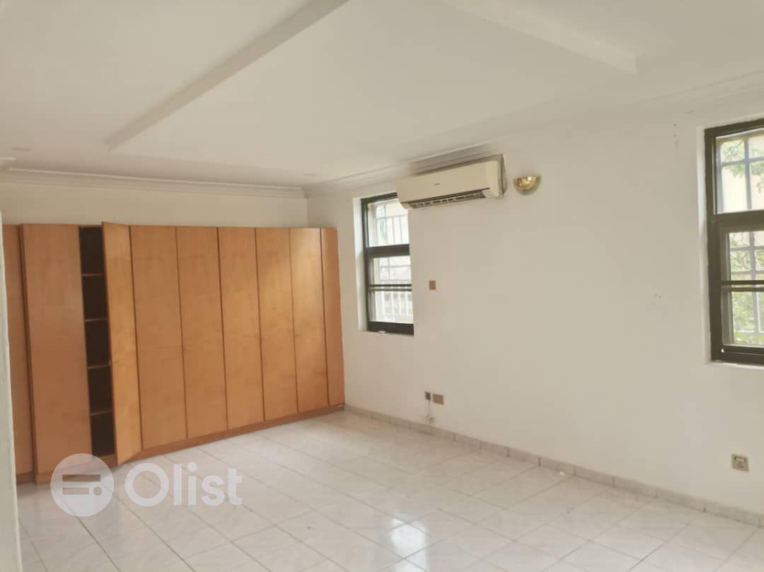 5 bedroom  detached  house with bq
